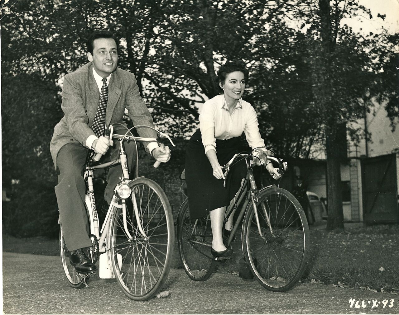 David Knight and Margo Lorenz montan en bici. (1955)