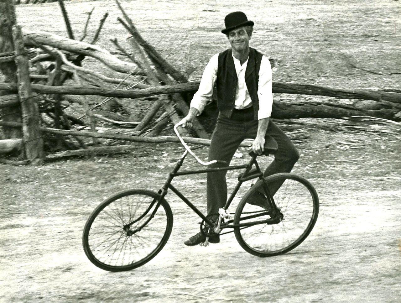 Paul Newman monta en bici de lado (1969)
