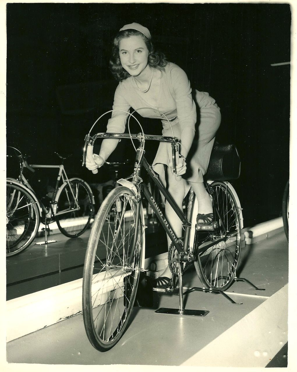 Valerie Carton monta en una bici estacionada. (1953)