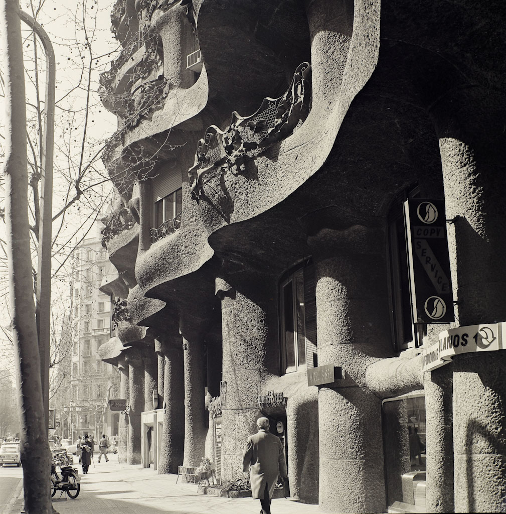 La fachada con multitud de carteles de comercios
