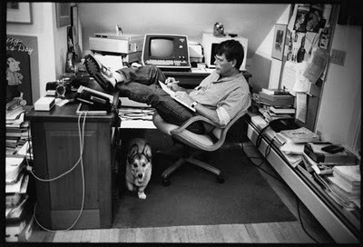 Stephen King en su estudio. Fuente: LogoarthurStudio http://lagoarthurstudio.wordpress.com/2013/06/25/a-reposting-of-study-hacks-on-the-deliberate-rise-of-stephen-king/