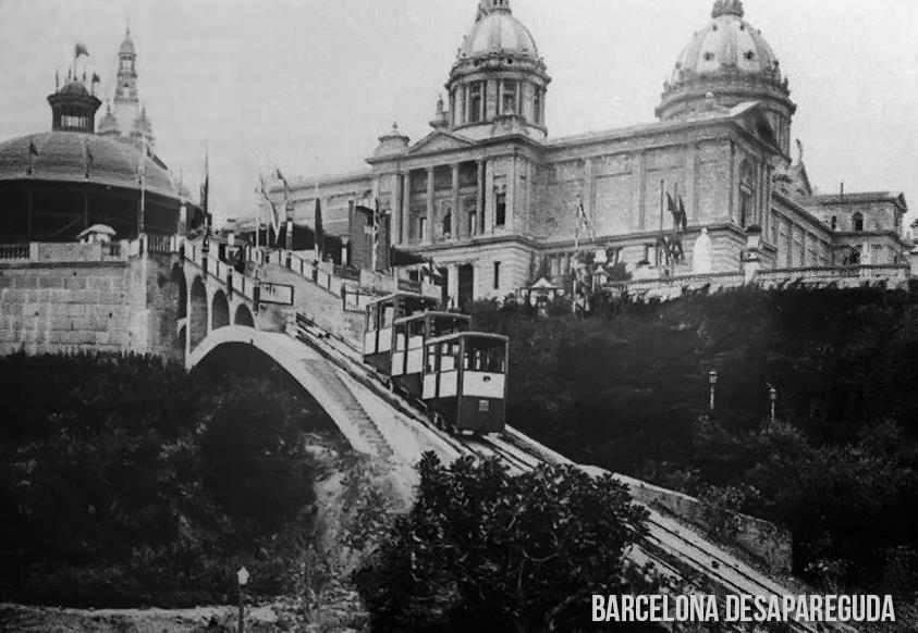 El pequeño funicular con las cúpulas del Palacio Nacional de Montjuic al fondo. Autor: Desconocido