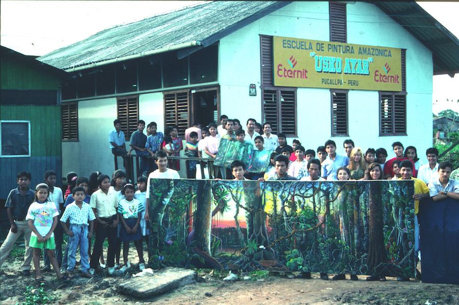 Frente a la escuela