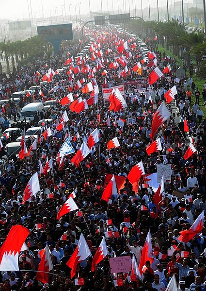 425px-Hundreds_of_thousands_of_Bahrainis_taking_part_in_march_of_loyalty_to_martyrs