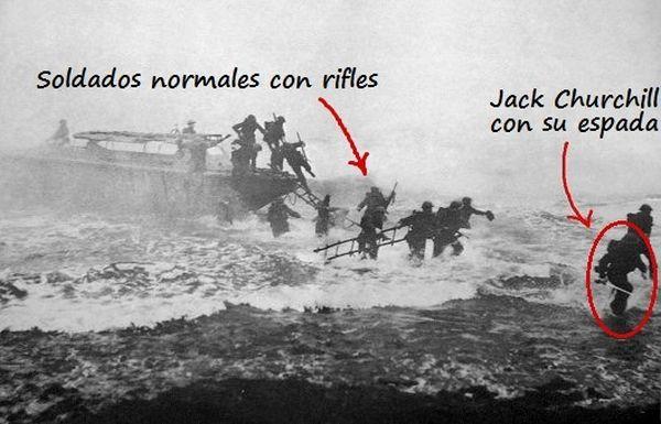 Jack Churchill liderando una carga en Maaloy, Finlandia, con su claybeg en la mano.