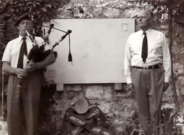 Jack Churchill, ya más mayor, tocando la gaita en un evento.