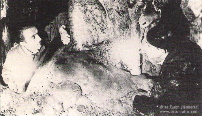 Explorando cuevas, Rahn es el de la izquierda
