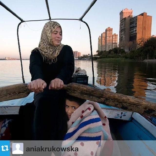 Por la mañana en el Nilo, Umm Mahmud y su hijo se han levantado temprano para pescar. Foto reposteada de @aniakrukowska