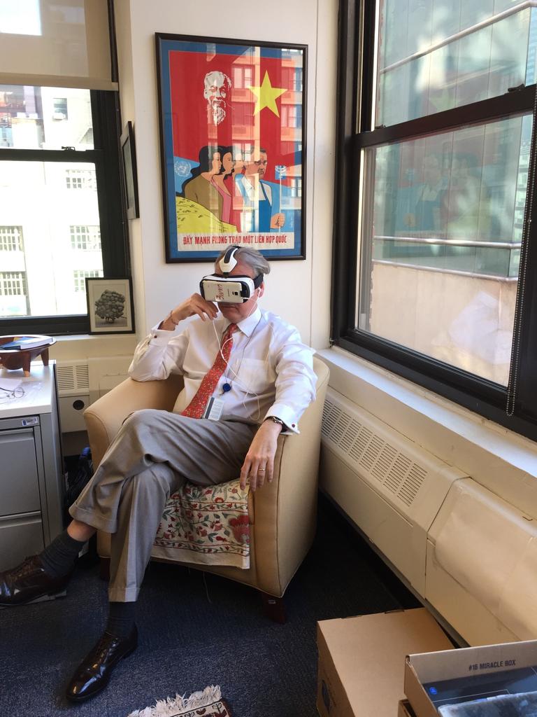 © Alice Chen. John Hendra, Subsecretario General y Director Ejecutivo Adjunto para Políticas y Programas de UN Women, se une a la experiencia VR.