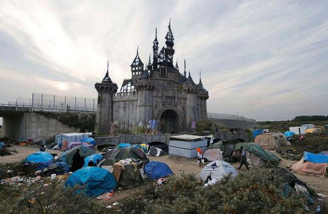 El campo de refugiados de Jungle, en Calais y el castillo de Dismaland, en un montaje de Banksy.
