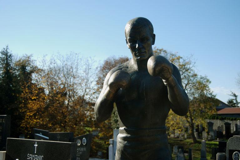 Un boxeador en el cementerio de Zemun
