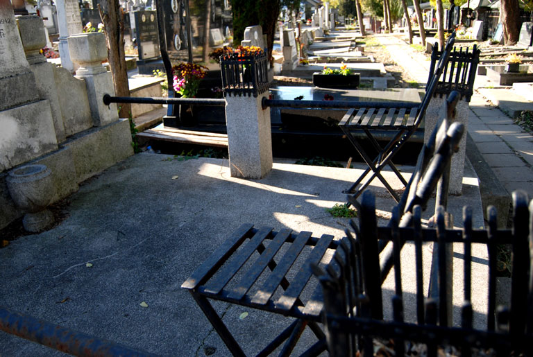 Bancos para velar a los muertos. Muchas tumbas los tienen incorporados