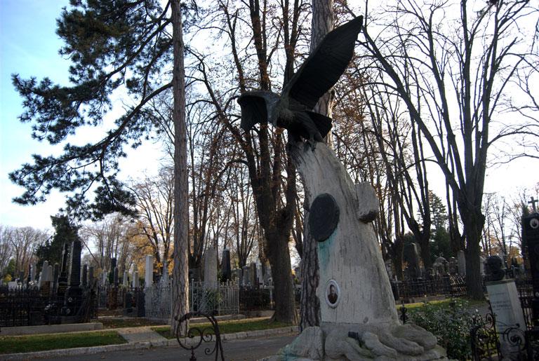 Lápida de un piloto de guerra. La foto de su mujer fue añadida en el tronco del arbol,  abajo