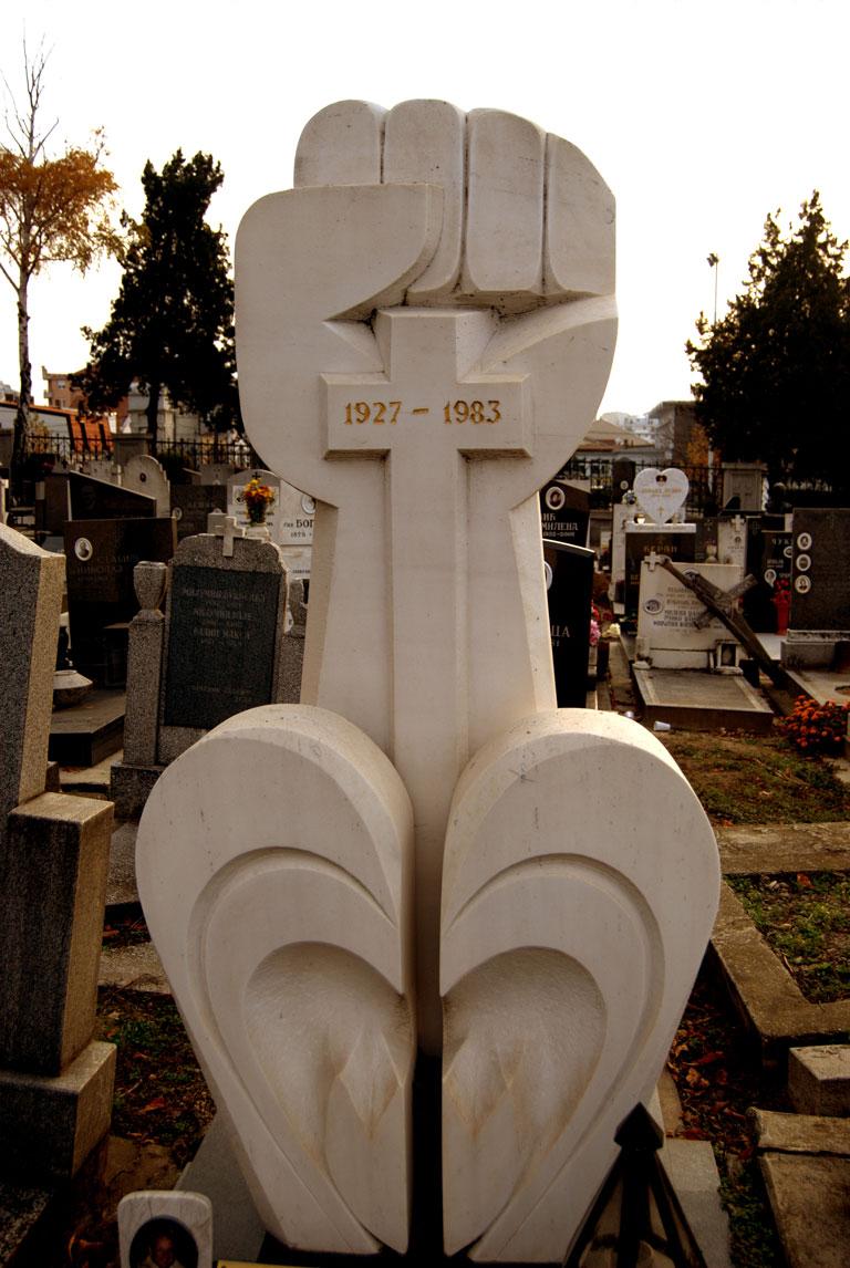 Una lápida socialista con motivos cristianos en el cementerio de Novo Groblje