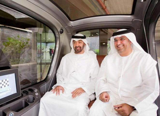 El jeque de Abu Dabi y el CEO de Masdar en un podcar