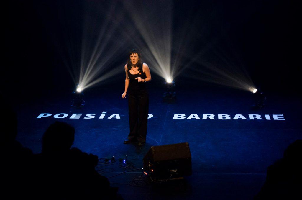 Cristina Mirinda participando en una edición de Poesía o Barbarie. Foto de Dopamine Studio