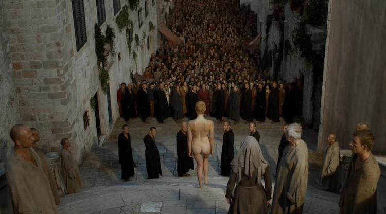 Mostrar a Cersei en el paseo de la vergüenza es necesario. Por un momento, la reina malvada es una mujer vulnerable. Nos apena.