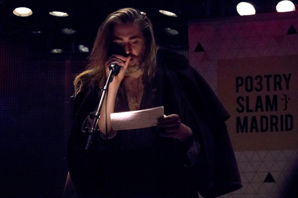 Luis Lambas, presentador de la Poetry Slam Madrid y primo pequeño de El Gran Lebowski. Foto de Paula Diaz