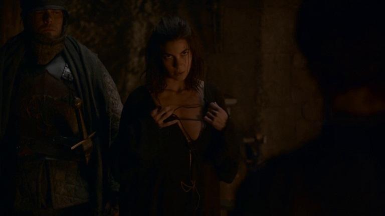 Cliché de Tronos: Osha seduce a Theon.