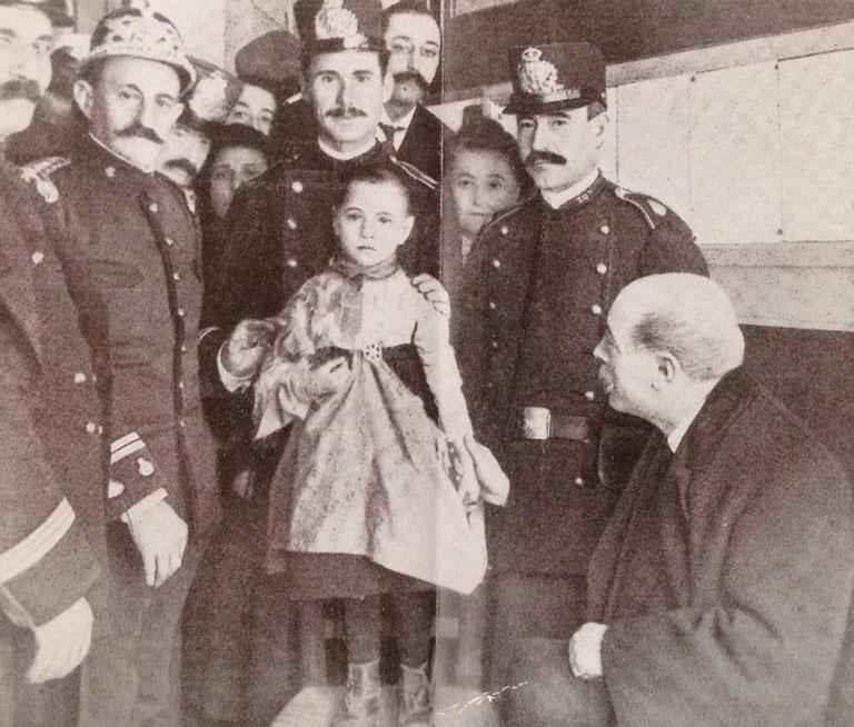 Teresita Guitart con los policías que la rescataron