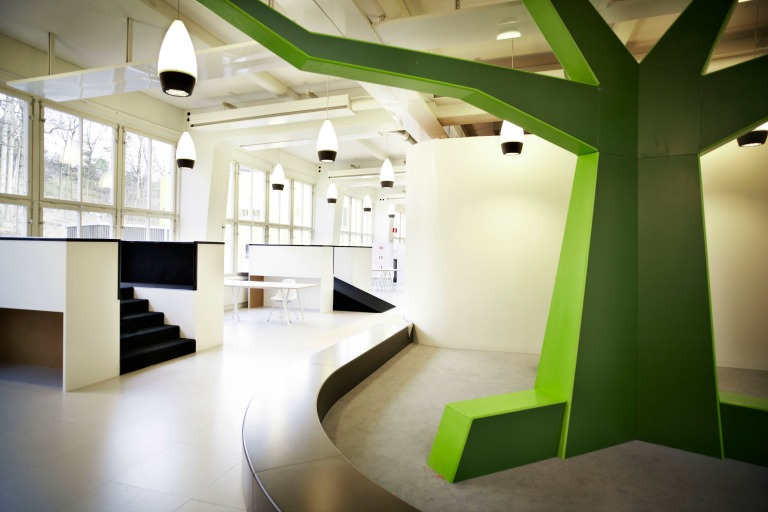 Customised interior such as the Tree creates natural meetingplaces and points of reference in the school_Design RosanBosch_Ph