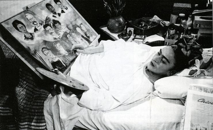 Frida Kahlo pintando en la cama