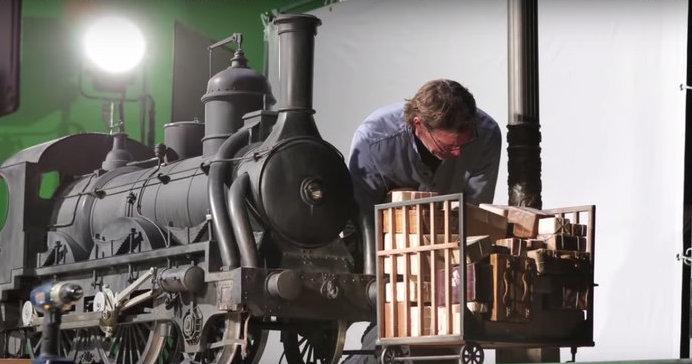 La invención de Hugo - Tren que arrolla carrito. Imagen: New Deal Studios.