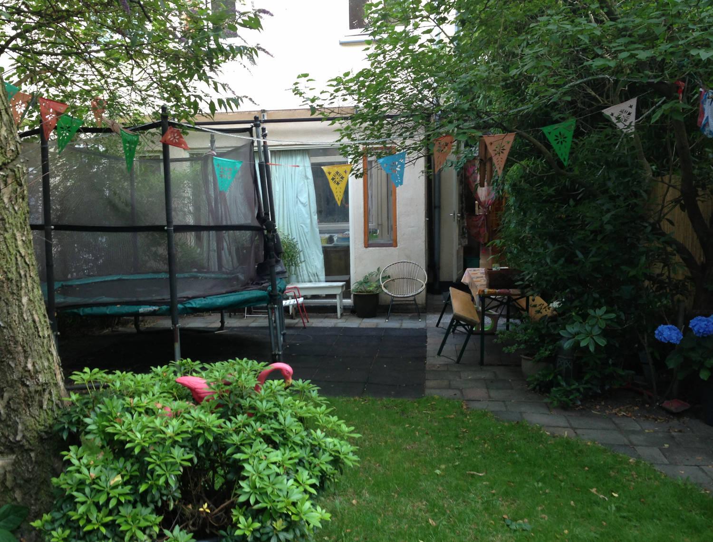 Por ahí fuera, las casas tienen jardines con cama elástica, que lo sepas.