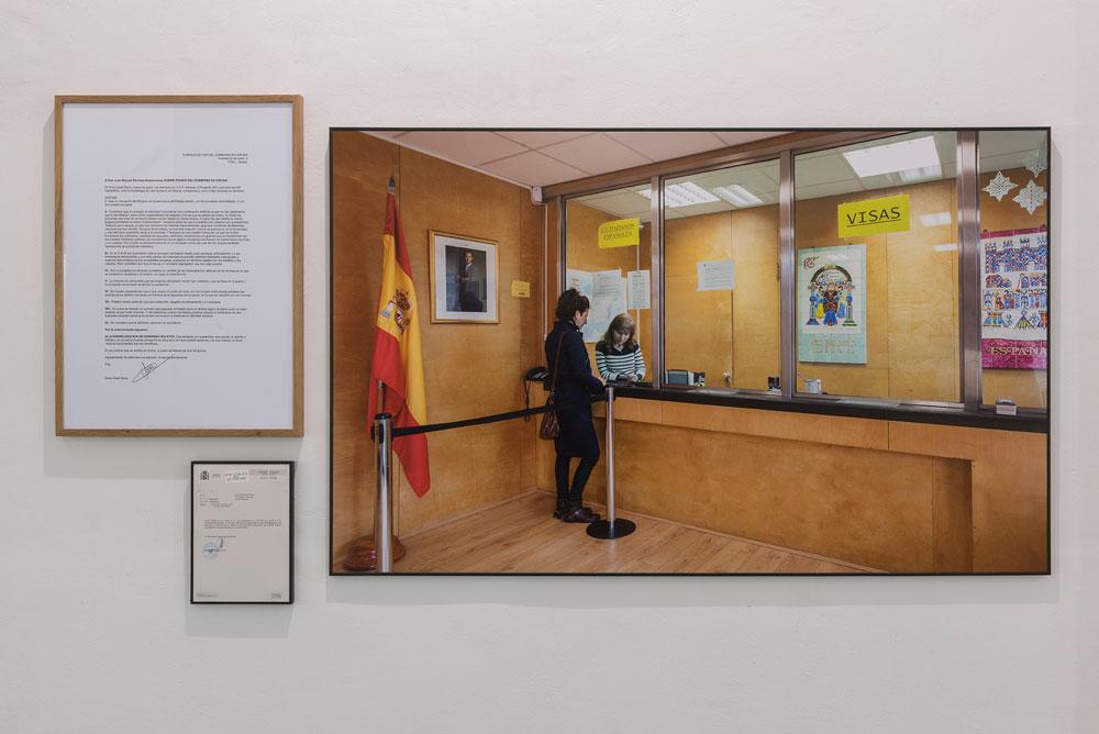 Núria Güell, Apátrida por voluntad propia, 2015-2016. Instalación. Documentos, fotografía y vídeo (duración: 5' 13''). Cortesía de la artista y ADN Galeria, Barcelona. Fotografía: Roberto Ruiz © de la obra, Núria Güell, 2017