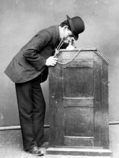El kinetoscopio permitía ver películas de cine cortas a través de una abertura.
