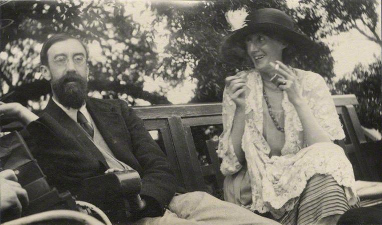by Lady Ottoline Morrell, vintage snapshot print, June 1923. La escritora también sabía reír
