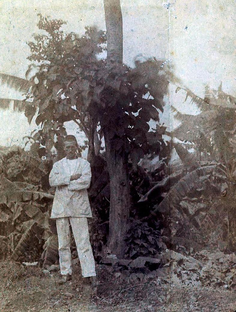 Arthur Rimbaud frente a un árbol en Harar (1883)