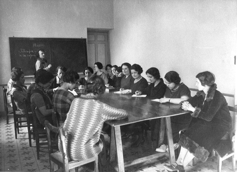 María de Maeztu dando clase en la Residencia de Señoritas. (Archivo del Instituto Internacional – Legado Eulalia Lapresta)