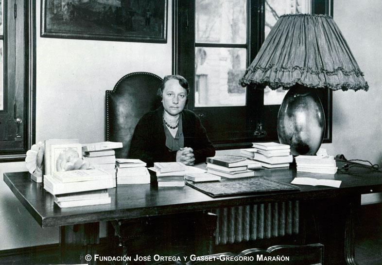 María de Maeztu en su despacho (Archivo de José Ortega y Gasset. Fundación José Ortega y Gasset-Gregorio Marañón)