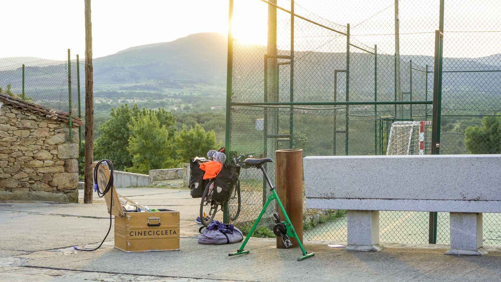 La cinecicleta en Madarcos, la primera parada de Cine a la fresca