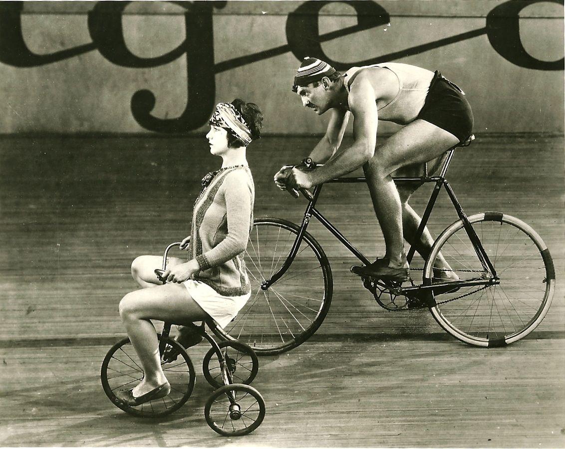 Viola Dana monta en triciclo, Maurice B monta en bici.