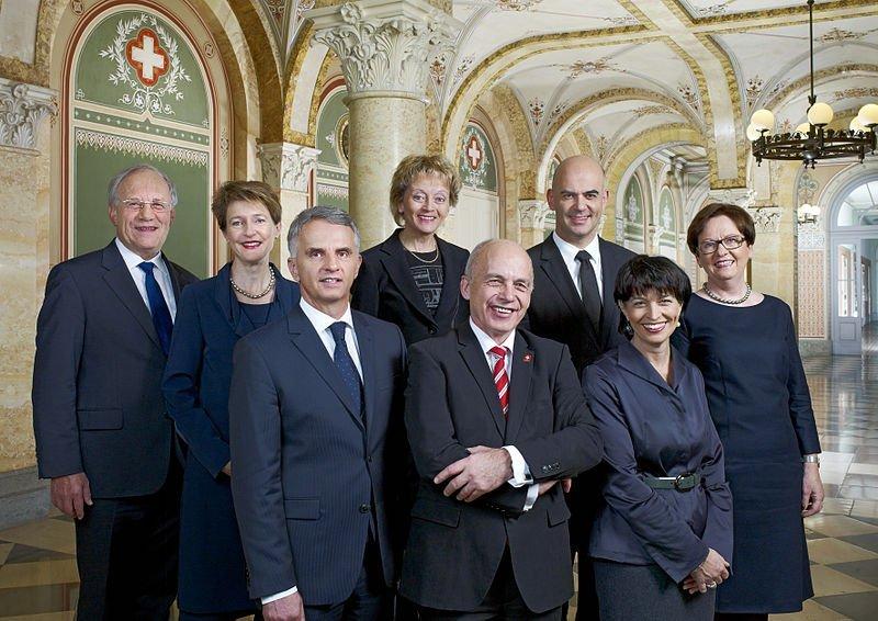 El sonriente equipo de gobierno suizo: un Consejo Federal con gente de cuatro partido