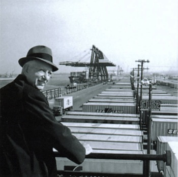 Malcom McLean Foto: Maersk Liner http://en.wikipedia.org/wiki/File:Malcolm_McLean_at_railing,_Port_Newark,_1957_(7312751706).jpg