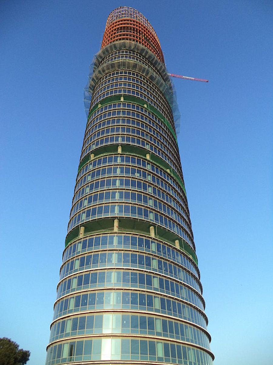Torre_Pelli_desde_la_base_en_2014