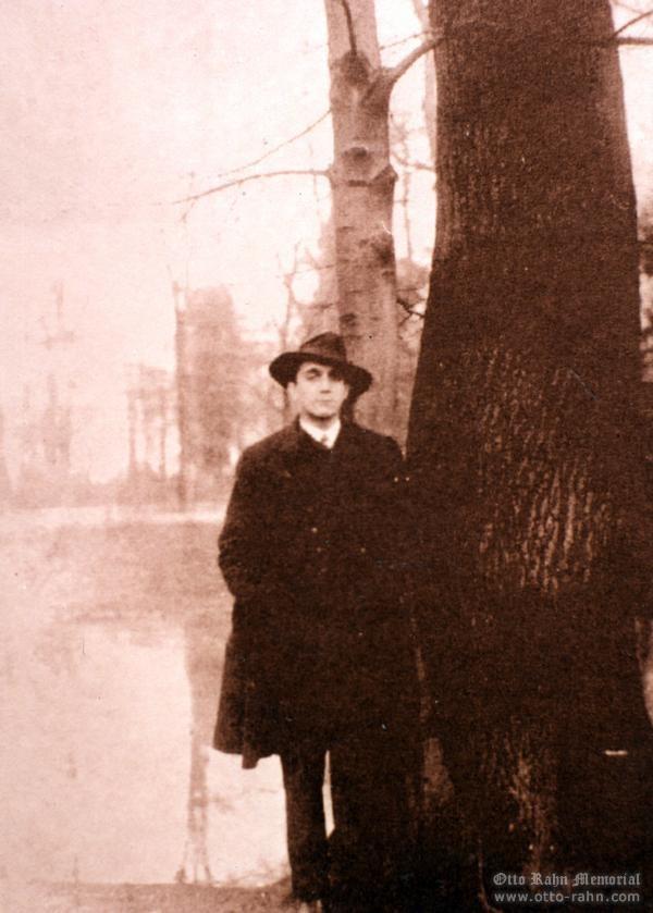 Otto Rahn con ese sombrero de fieltro que le da ese aire tan de arqueólogo, aunque podría pasar por un ciudadano de época corriente y moliente