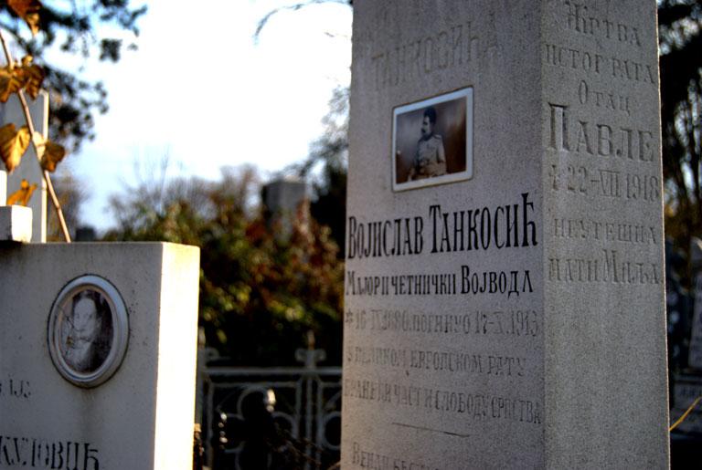 """Oficial chetnik (soldado monárquico serbio) de la Gran Guerra. """"Murió defendiendo la  libertad de los serbios"""", reza la lápida"""