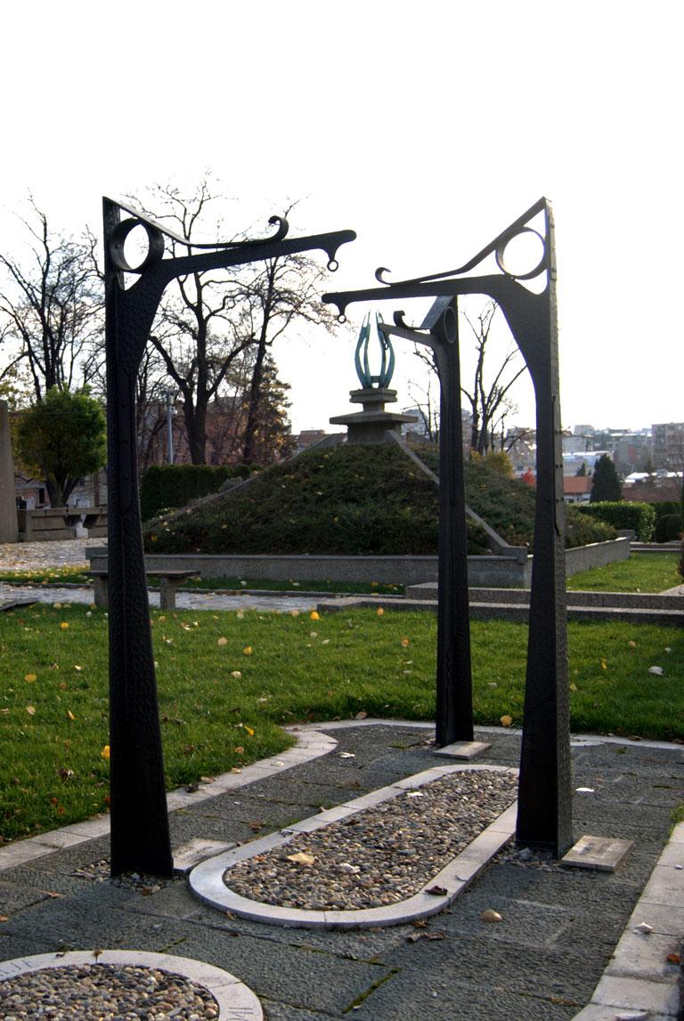 Réplica de las farolas donde los nazis ahorcaron a miembros de la resistencia en  Belgrado durante la ocupación. Cementerio de Novo Groblje