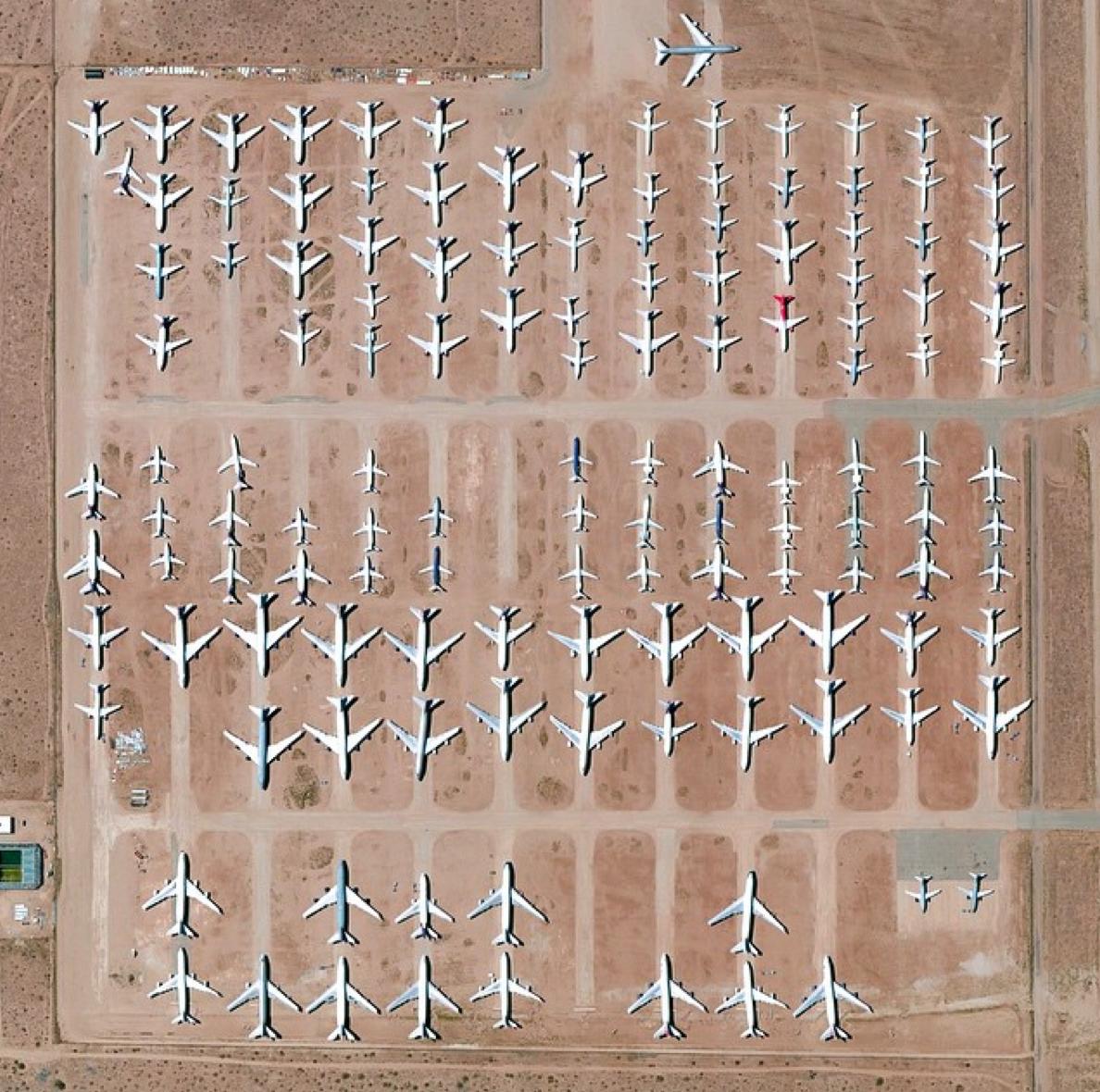 El aeropuerto de Victorville, en California, es un punto neurálgico de aviones comerciales. En la foto se ve un cementerio de aviones con más de 150 aeronaves jubiladas.