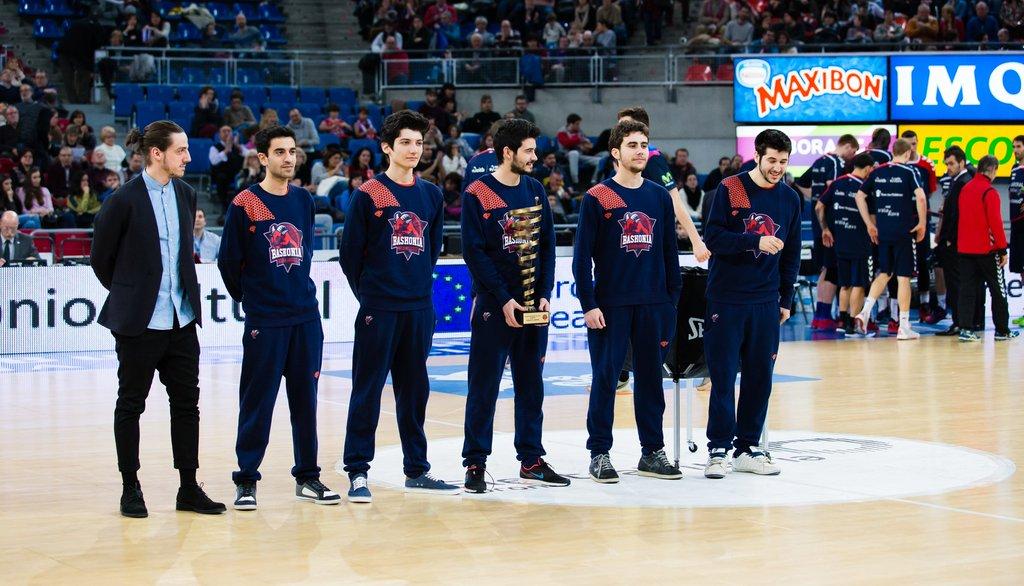 Alvar Martín y sus jugadores reciben un homenaje en el estadio del Baskonia tras ganar el ESL Masters de Barcelona.