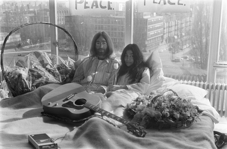 bed-in_for_peace_amsterdam_1969_-_john_lennon__yoko_ono_07