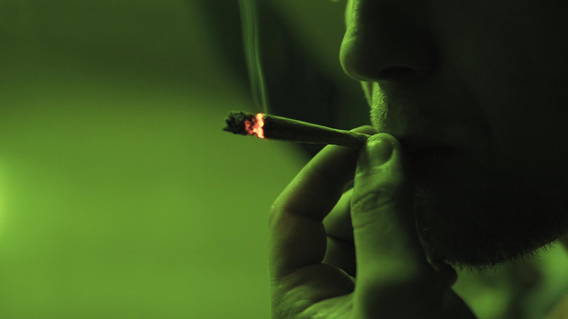d551ddba822 Empiezas fumándote un canuto en el recreo del instituto por ver lo que se  siente. Luego acabas consumiendo porros cada tarde con los colegas.