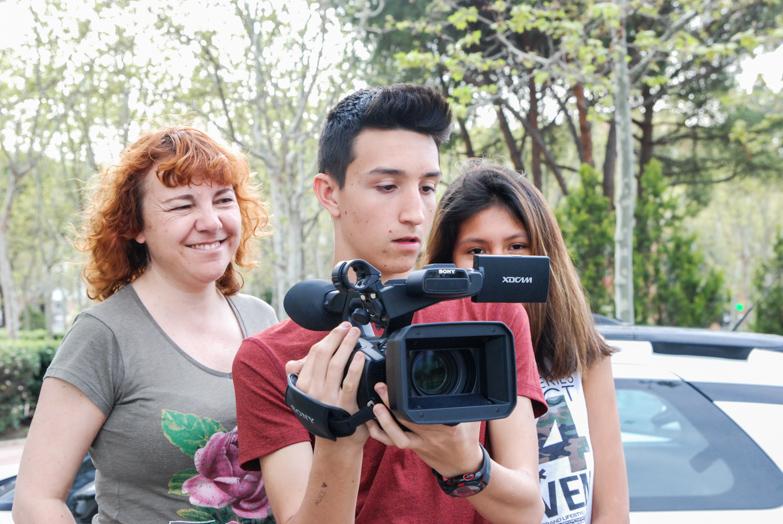 La cineasta Lola Mayo junto a alumnos del IES Rey Pastor de Madrid
