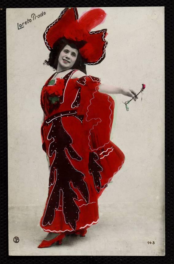 Loreto Prado, vestida de rojo