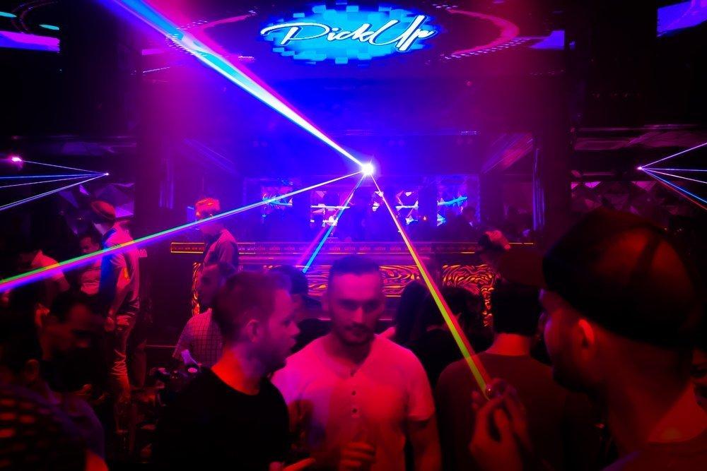 Turistas gais en una discoteca asiática