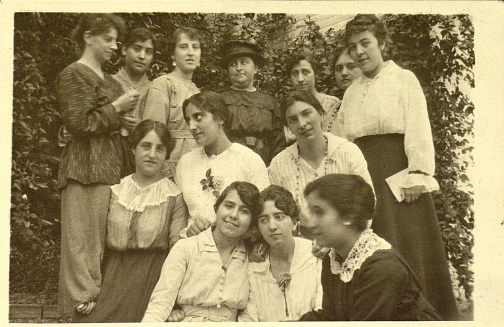 mg-de-profesora-con-sus-alumnas-en-la-residencia-de-sen%cc%83oritas-1916
